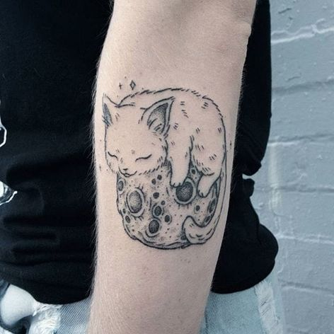 Handpoked cat napping on the moon tattoo by Teagan Campbell. #TeaganCampbell #handpoke #cat #linework #cute #creature