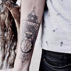 Leão estilizado em fineline e geometria, do mestre Raphael Lopes do estúdio Metamorphosis, Rio de Janeiro. #RaphaelLopes #fineline #geometria #geometry #metamorphosis #tatuadoresbrasileiros #pontilhismo #dotwork
