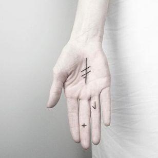 Hand ink. (via IG - malwina8) #MalvinaMariaWisniewska #minimalist #blackwork