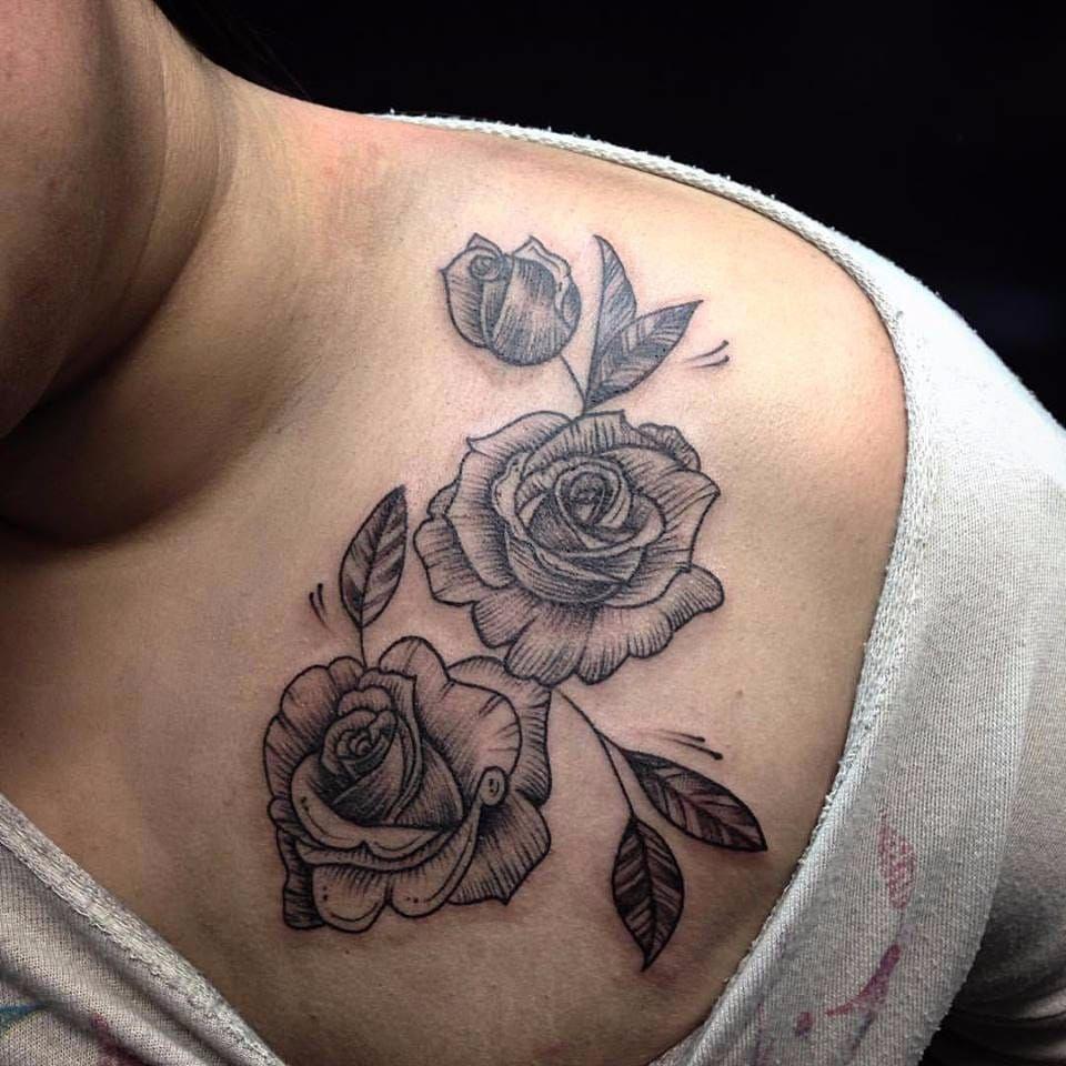 Rosas ficam lindas no blackwork sim #PolyannaCorrea #tattooartist #TatuadorasDoBrasil #brasil #brazil #brazilianartist #artistabrasileira #rose #rosa #flower #flor #blackwork #folhas #leafs