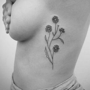 Flower tattoo by Natalia Holub #NataliaHolub #handpoke #linework #minimalistic #flower #daisy