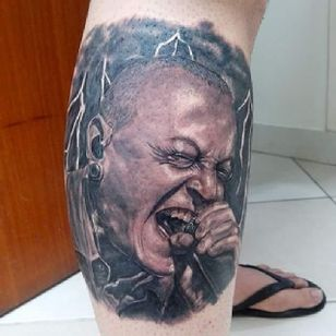 Tatuador Ilário Souza. #ChesterBennington #microfone #realismo #pretoecinza #blackandgrey #vocalista #LinkinPark #rock #musica #music #LinkinParkBrasil #brasil
