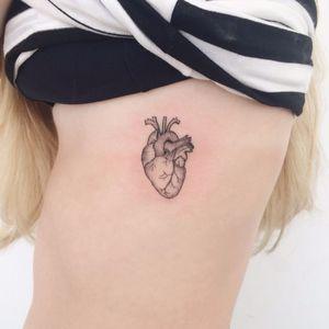 Coraçãozinho por Ana Luiza! #AnaLuiza #tatuadorasbrasileiras #tattoobr #Maceió #fineline #linhafina #traçofino #delicate #delicada #minimalist #minimalistic #minimalista #heart #coração