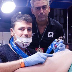 Eu sendo tela do @Raphaellopes sob o olhar atento de Alexandre Dallier. #TattooWeekRio #TattooWeekRio2017 #convenção #evento #RaphaelLopes #AlexandreDallier