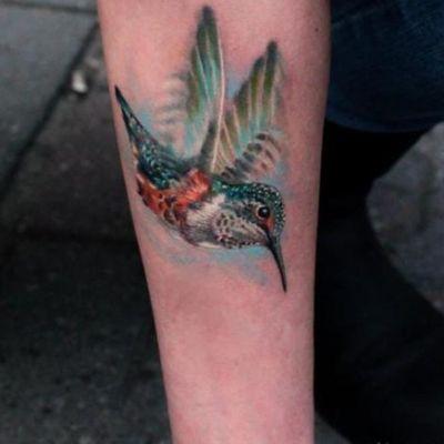 Anabi captures the blur of hummingbird wings in this one (IG—anabi_tattoo). #Anabi #color #hummingbird #realism