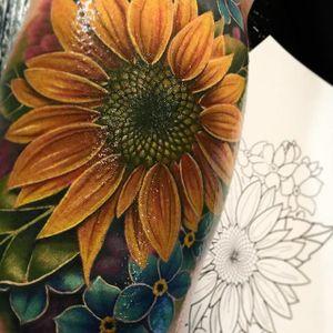 Sunflower by Liz Venom (via IG-lizvenom) #realism #painterlystyle #lizvenom #flower #flowers