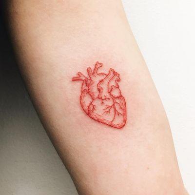 Mariana Oliveira #MarianaOliveira #redtattoo #redink #tatuagemvermelha #coração #heart #coraçãoanatomico #anatomicalheart