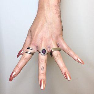 Some minimalist hand-poked line work that sports some Bay Area pride by Tati Compton (IG—taticompton). #blackwork #fingers #microtattoo #minimalism #ornamental