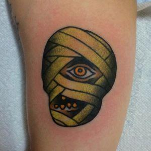 I want my mummy! (Via IG - larsontattoos111) #jonlarson #halloween #traditional #spooky #mummy