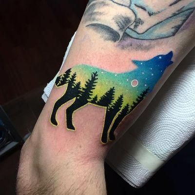 Lobo na noite #DariaStahp #gringa #neotraditional #degrade #fullcolor #sillhouette #silhueta #landscape #paisagem #sobreposição #overlap #lobo #wolf #lua #moon #ceu #sky #star #estrela #tree #arvore #noite #night