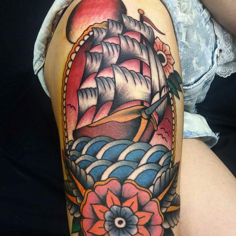 Navio lindão! #tradicionalamericano #oldschool #tradicarioca #JoaoMeneghetti #tatuadoresdobrasil #navio #shio #flor #flower #mar #sea
