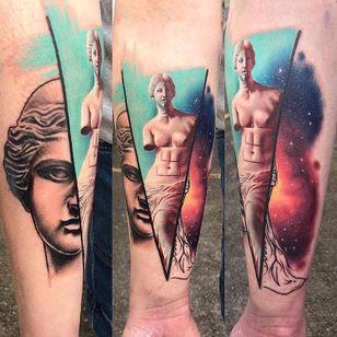 Realizada por Kirsten Pettitt #KirstenPettitt #gringa #colorida #fullcolor #VenusDeMilo #venus #estatua #statue #galaxy #galaxia #realism #realismo #ilustração #illustration #surrealismo #surrealism #pretoecinza #blackandgrey