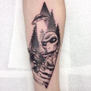 Alien ray gun. (via IG - oddhouse) #dotwork #blackandgrey #aliens #space