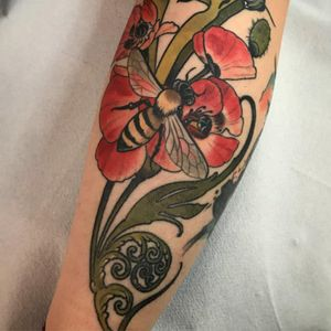 Baby bee and flowers tattoo by Vale Lovette #ValeLovette #color #neotraditional #Artnouveau #fern #leaves #flowers #floral #nature #bee #insect #honeybee #poppy