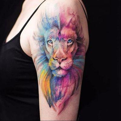 Uma explosão de cores #VersusInk #leao #lion #liontattoo #lionhead #felino #reidaselva #theking #animaltattoo #tatuagemdeaninais #watercolor #aquarela