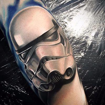 Stormtrooper que te olha nos olhos #LeviBarnett #realismo #realism #tattooartist #tatuador #nerd #geek #starwars #stormtrooper #georgelucas #movie #filme