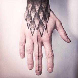 Geometry inspired linework tattoo #MelinaWendlandt #hand #linework #dotwork #btattooing #subtle #fineline