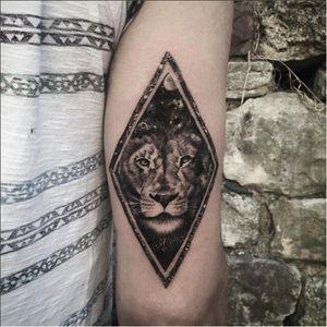 Geometric black lion tattoo by Resul Odebaş #blackwork #lion #geometric #ResulOdabas