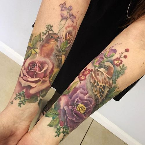 Lianne Moule's (IG—liannemoule) gorgeous matching tattoos of flowers and birds. #chrysanthemum #LianneMoule #nature #painterly #sparrow #robin #rose #watercolor