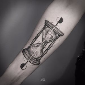 Blackwork Hourglass Tattoo by Mark Ostein #BlackworkHourglass #Hourglass #HourglassTattoo #HourglassTattos #TraditionalTattoos #BlackworkTattoos #Blackwork #MarkOstein