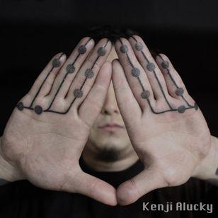 Incredible abstracted blackwork from Kenji Alucky's portfolio (IG—kenji_alucky). #blackwork #fingers #microtattoo #minimalism #ornamental