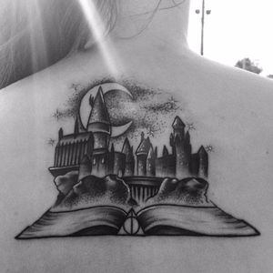 Por Nicole Willingham! #Hogwarts #hogwartscastle #HarryPotter #HarryPotterTattoo #blackwork #Hogwartstattoo