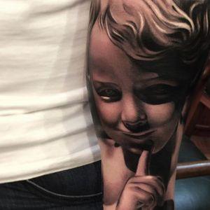 The statuesque soft black and grey work in this cherub portrait by Alex Bruz (IG—alexbruz). #AlexBruz #blackandgrey #cherub #realism #statuesque