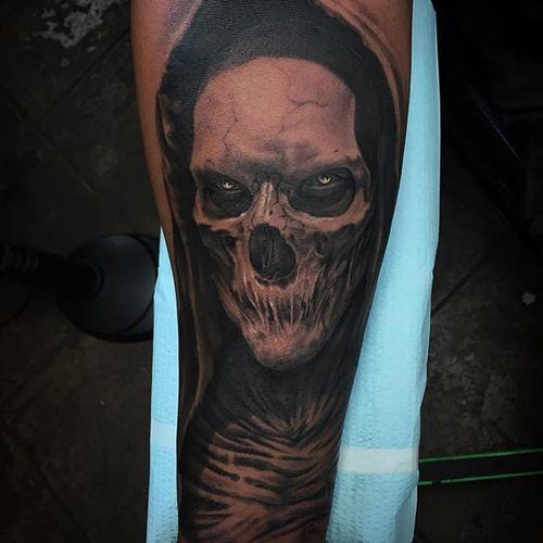 A terrifying reaper by Jhon Gutti (IG—jhongutti). #blackandgrey #horror #JhonGutti #realism #reaper