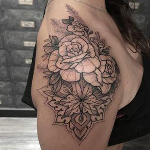 Tattoo por Melissa Khouri! #MelissaKhouri #tatuadorasbrasileiras #tatuadorasdobrasil #tattoobr #tattoodobr #blackwork #neotrad #neotraditional #neotradicional #newtraditional #flores #flowers #rose #rosa #ornamental