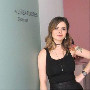 Luiza Fortes em sua exposição, Sonhos. #LuizaFortes #tatuagensColoridas #colorful #fineline #traços #minimalista #artistaNacional #brasil