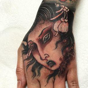Namakubi tattoo by Som Nakburin aka Miss Orange #SomNakburin #namakubitattoo #blackandgrey #portrait #ladyhead #Japanese #neotraditional #mashup #whiteink #sword #blood #bloodsplatter #death #tattoooftheday