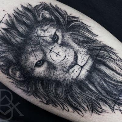 Olhar penetrante #BrunoAlmeida #tatuadoresdobrasil #tatuadoresbrasileiros #tatuadoresbr #blackwork #lion #leao