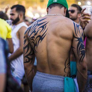 This guy is rocking the 90's tribal style at the festival, photo by Rodrigo Zaim and Lucas Jacinto #tomorrowlandbrazil #festival #tattoostyle #RodrigoZaim #LucasJacinto #tribal
