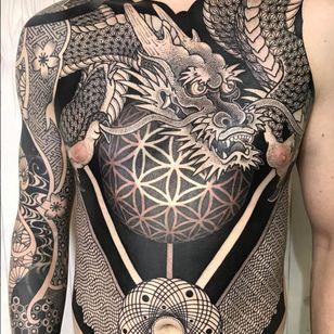 An amazing blackwork dragon with the Flower of Life at its core (IG—nissaco). #blackwork #dragon #FlowerofLife #Nissaco #ornamental