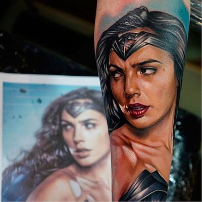 Mulher-maravilha de Gal Gadot por Khan Tattoo! #KhanTattoo #GalGadot #WonderWoman #MulherMaravilha #DC #DCcomics #geek #nerd #girlpower #nerdpride #orgulhonerd #batmanvssuperman #realistic #realism #realista #realismo
