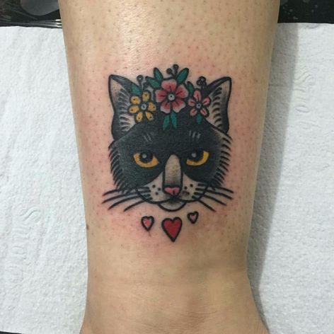 Por Lisandra Siqueira! #LisandraSiqueira #oldschool #traditional #traditionaltattoo #tradicionalamericano #tatuadorasbrasileiras #gato #cat #cattattoo