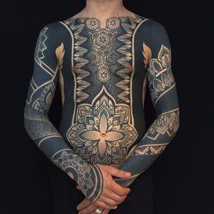 Pierluigi Deliperi's bodysuits are simply amazing (IG—pierluigideliperi). #blackwork #geometric #largescale #mandalas #PierluigiDeliperi