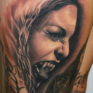 Vampira! #vampira #vampire #fangs #KárolyVirág #tatuadorhungaro #realismo #brasil #brazil #portugues #portuguese