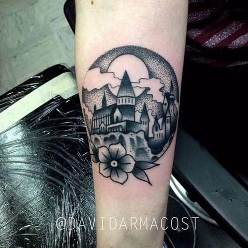 Por David Armacost! #DavidArmacost #Hogwarts #hogwartscastle #HarryPotter #HarryPotterTattoo  #blackwork  #Hogwartstattoo