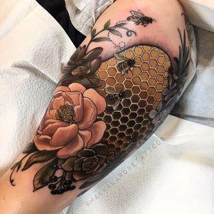 Abelinha trabalhando #MakkalaRose #gringa #neotraditional #colorido #colorful #flor #flower #abelha #bee #favo #honeycomb #nature #natureza #folha #leaf #fruit #fruta #botanica #botanical