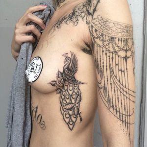 Peacock by Spider Sinclaire (IG—spidersinclaire) #sideboob #boob #side #peacock #black