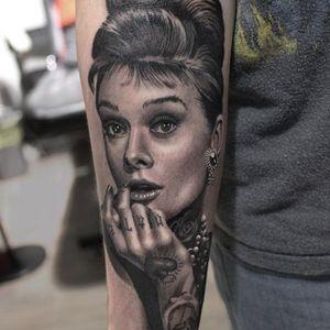 Audrey Hepburn all tatted up. (via IG - ryan_evans) #RyanEvans #Portraits #CelebrityPortraits #Celebrities #audreyhepburn