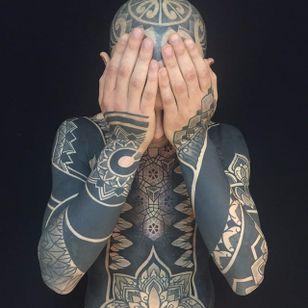 A mind-blowing blackwork bodysuit by Pierluigi Deliperi (IG—pierluigideliperi). #blackwork #geometric #largescale #mandalas #PierluigiDeliperi