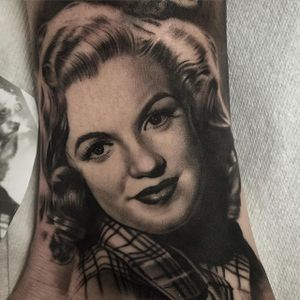 A beautiful portrait of Marilyn Monroe by Duncan Whitfield (IG—custompropaganda). #blackandgrey #CustomPropaganda #DuncanWhitfield #MarilynMonroe #portraiture