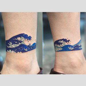 'The Great Wave off Kanagawa' tattoo by Zihee. #Zihee #anklet #thegreatwaveoffkanagawa #hokusai #japanese #greatwaveoff #woodblock #traditional #iconic #fineart #mtfuji #wave