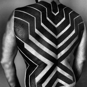 A bold series of vectors in this back-piece by Ben Volt (IG—benvolt). #abstract #avantgarde #BenVolt #bold #blackwork #experimental #geometric #minimalist #ornamental