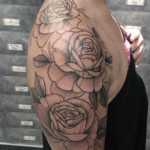 Rosas por Melissa Khouri! #MelissaKhouri #tatuadorasbrasileiras #tatuadorasdobrasil #tattoobr #tattoodobr #blackwork #neotrad #neotraditional #neotradicional #newtraditional #roses #rosas #flowers #flores