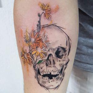 Caveira por Dani Bastos! #DaniBastos #tatuadorasbrasileiras #TattooBr #Brasília #Caveira #skull #flores #flowers #flor #flower #sketch
