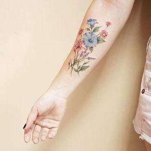 Flores #LuizaOliveira #LuizaBlackbird #brazil #brasil #brazilianartist #TatuadorasDoBrasil #flores #flowers #delicate #delicada #botanical #botanica #fineline