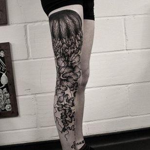 Blackwork jellyfish Oliver Whiting tattooed over the course of three days. #blackwork #jellyfish #seacreature #OliverWhiting